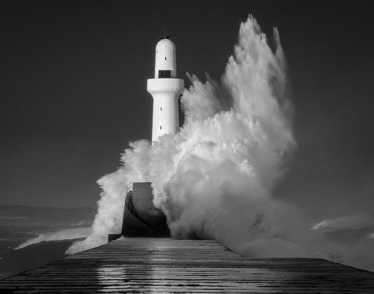 Lighthouse at Aberdeen Harbour - Willem Vlotman
