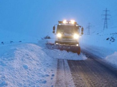 A Bear Scotland gritter clears snow at Drumochter
