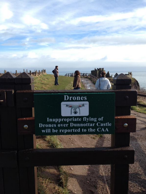 The sign at Dunnotar Castle clearly warning against the use of drones