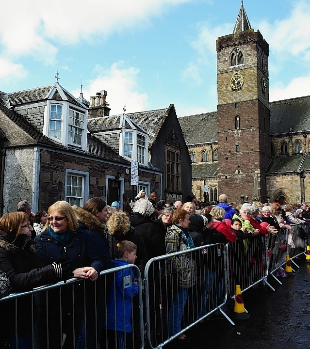 Crowds lined the streets this afternoon as Andy Murray married Kim Sears