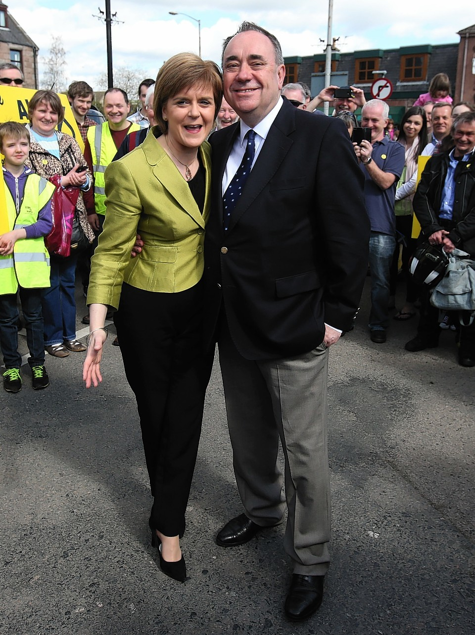 Nicola Sturgeon joins Alex Salmond on campaign trail
