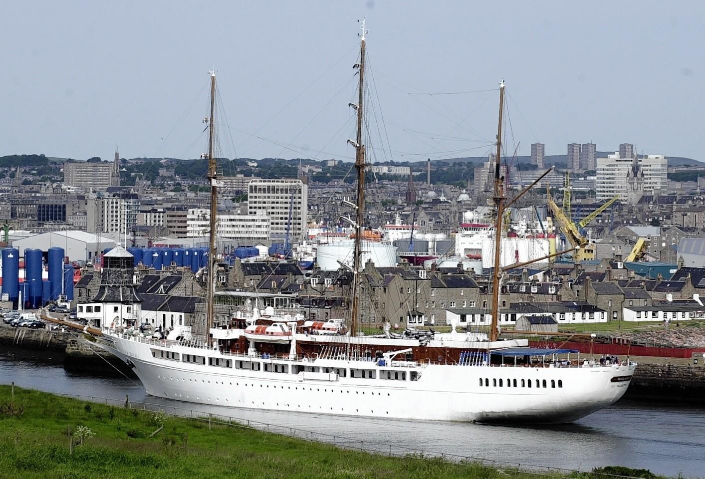 Aberdeen-Harbour-ships-12