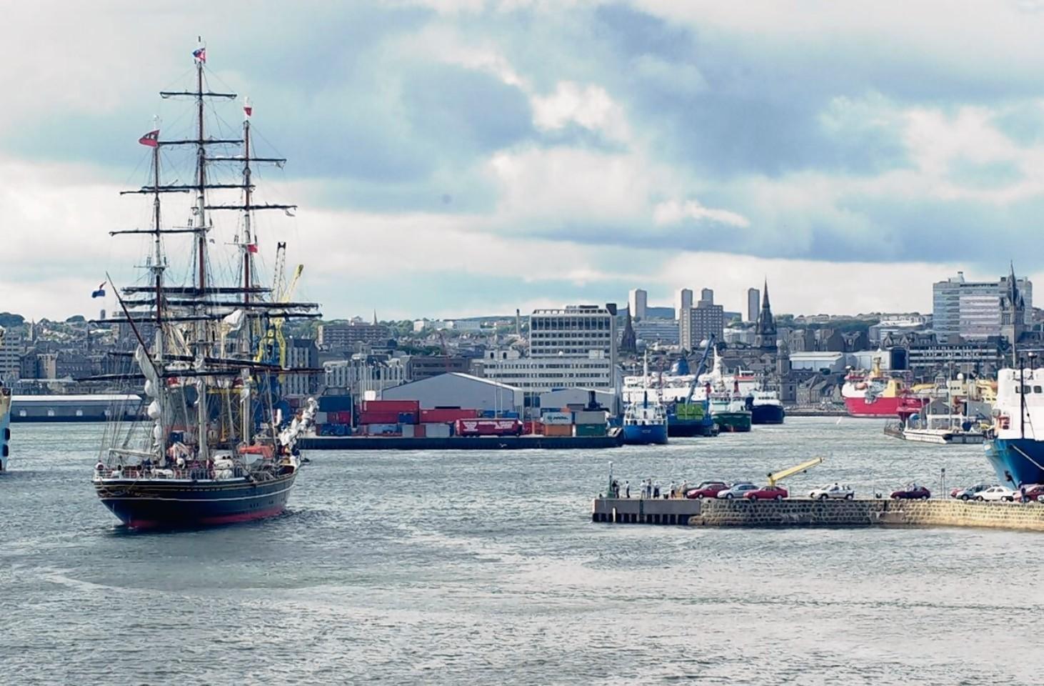 Aberdeen-Harbour-ships-14
