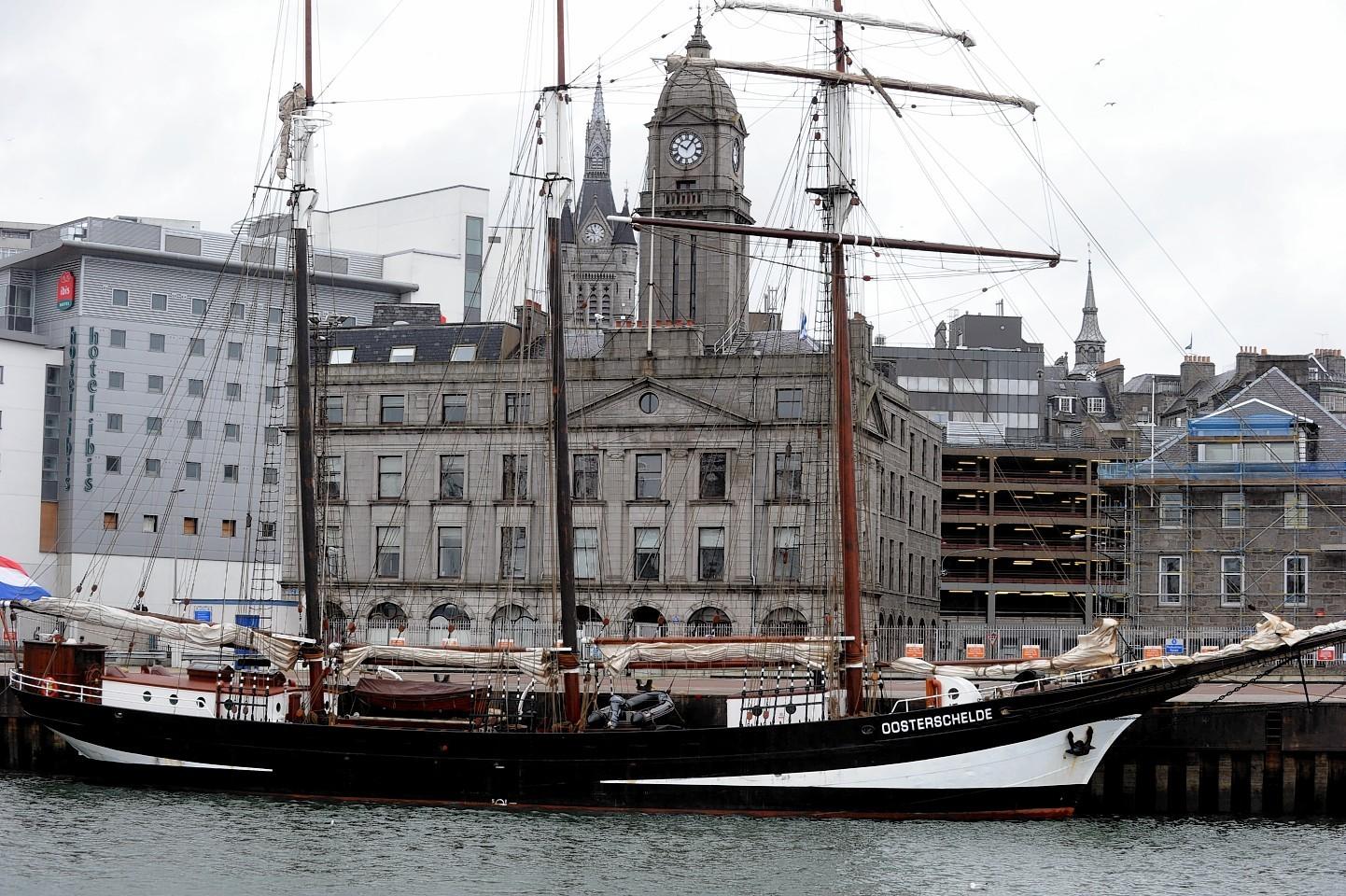Aberdeen-Harbour-ships-17