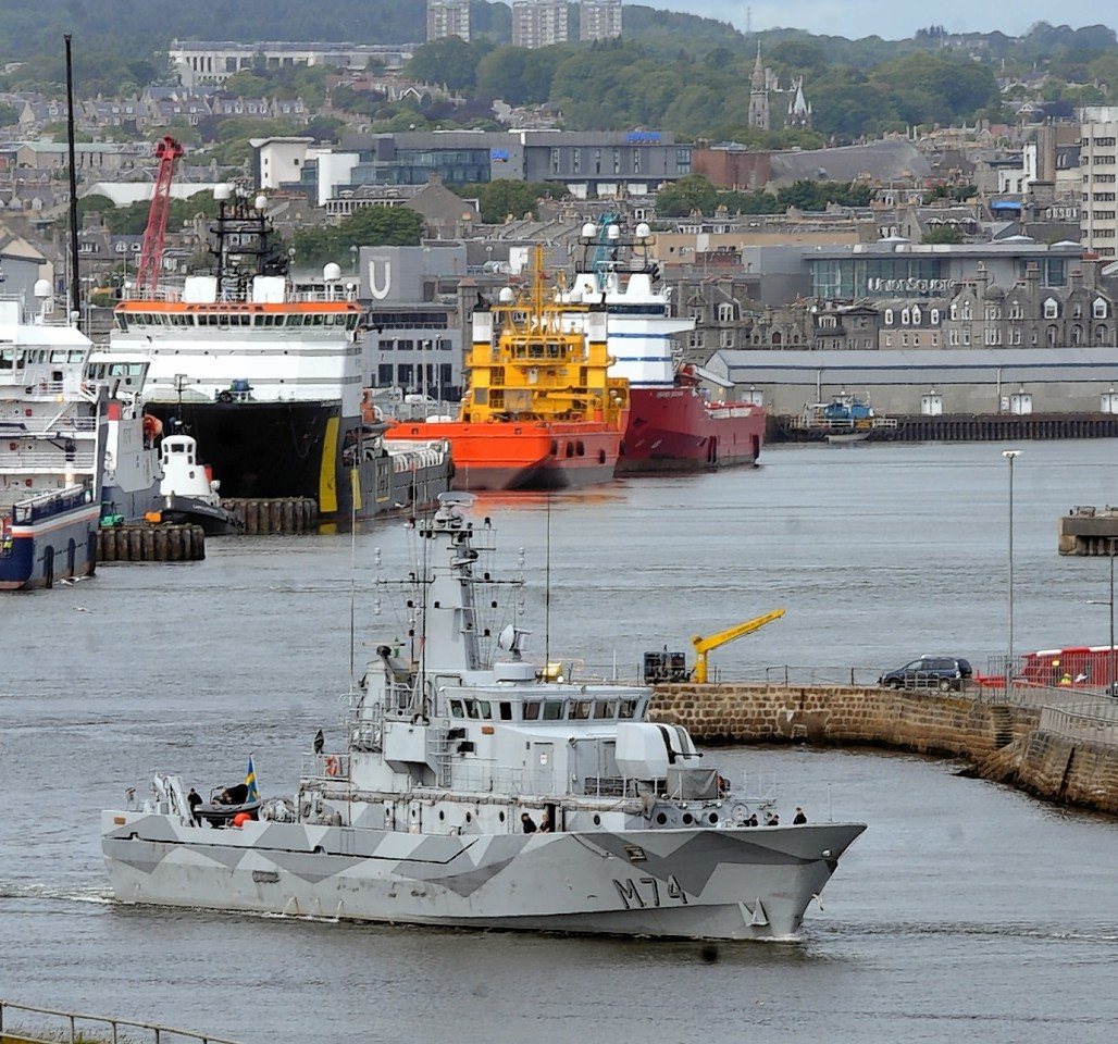 Aberdeen-Harbour-ships-5