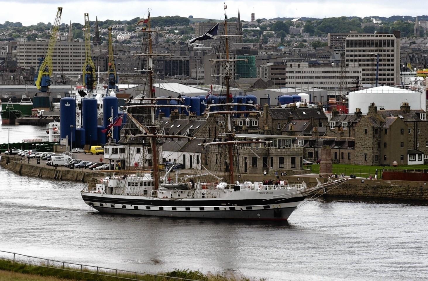 Aberdeen-Harbour-ships-9