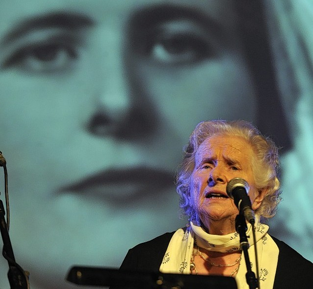 The Gaelic singer Flora MacNeil has died at the age of 86 after a short illness