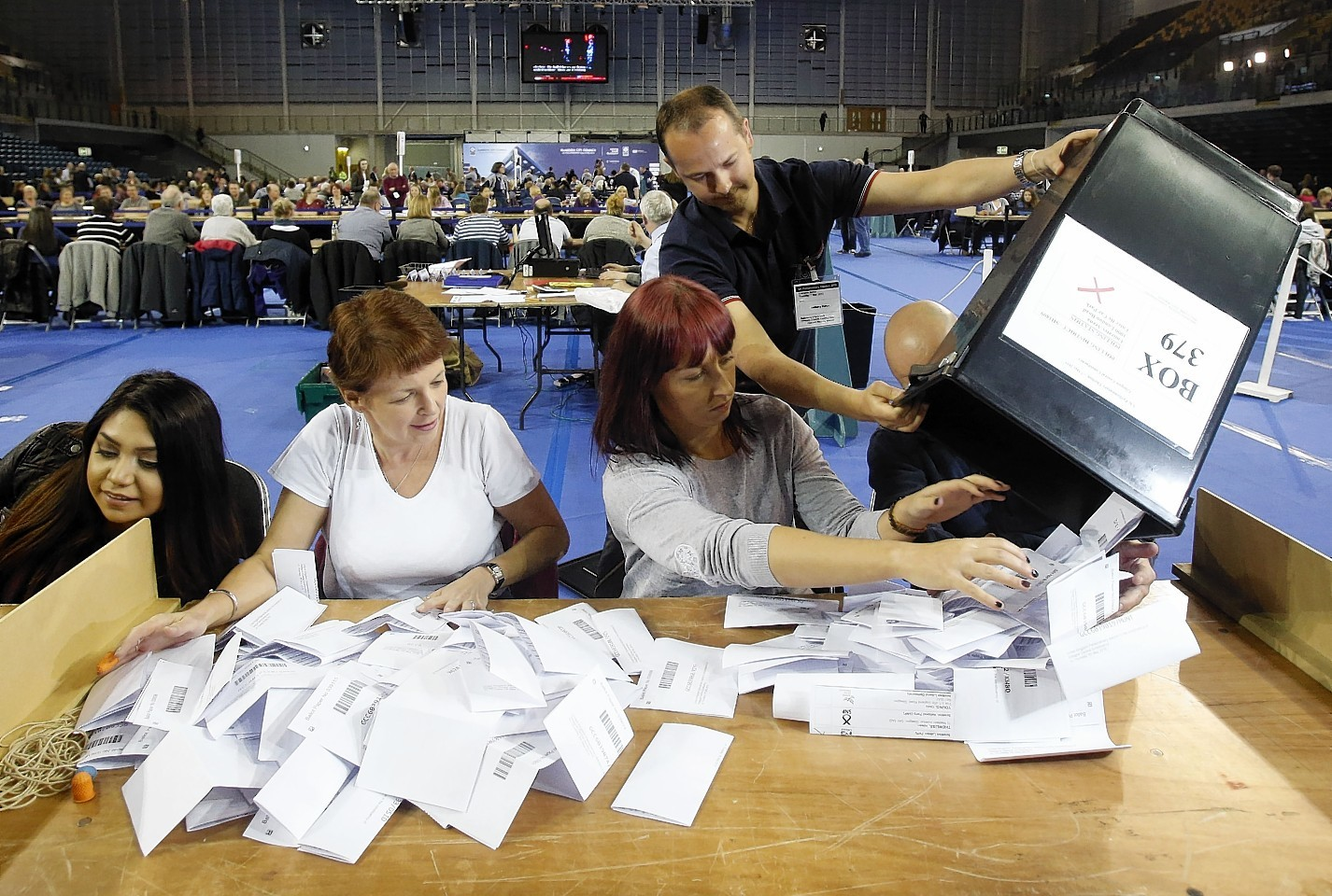 The first votes arrive at the General Election count for Glasgow