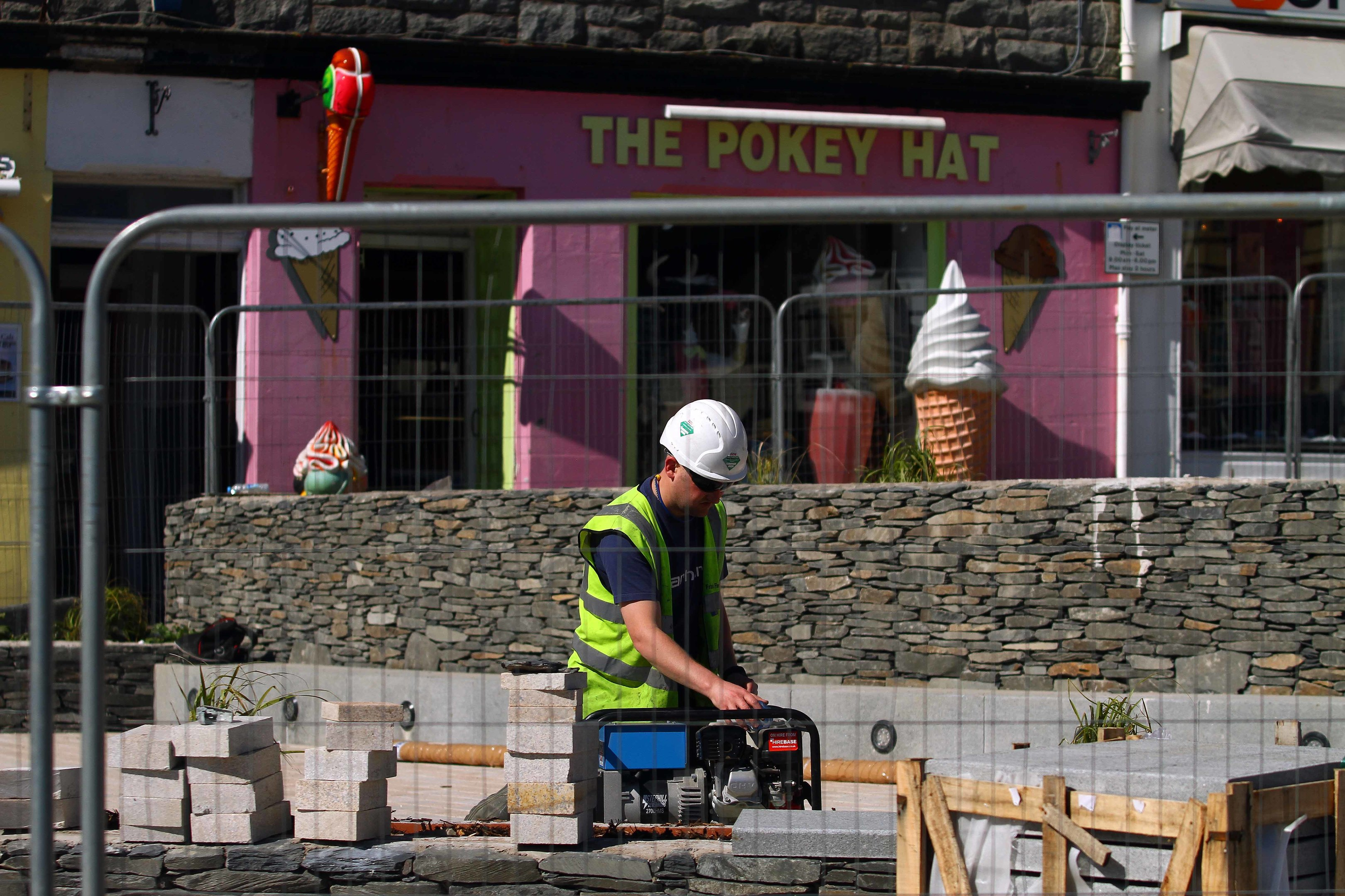 Workmen flood the site as Work still a long way from being finished in stafford street Oban picture kevin mcglynn