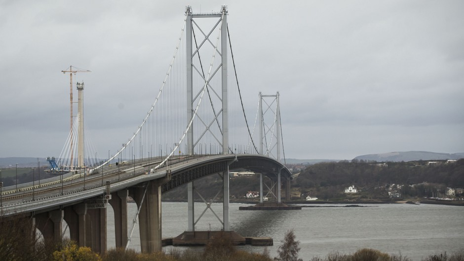 The Forth Road Bridge, which links Edinburgh with Fife, is to be closed until the new year after engineers spotted a structural fault