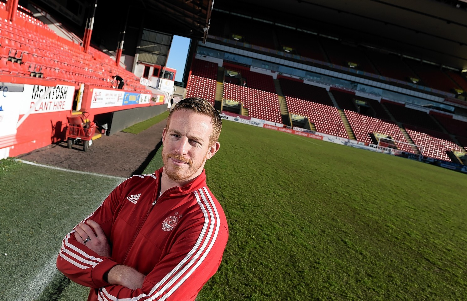 Aberdeen striker Adam Rooney scored a last-minute winner against St Johnstone.