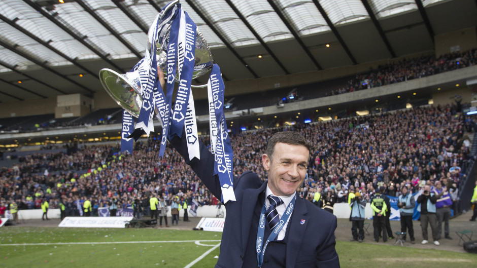 Former Ross County manager Jim McIntyre has joined Dundee.