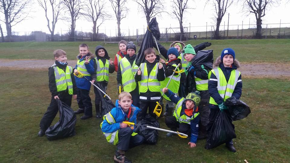Cub scouts out doing their Oldmeldrum litter pick