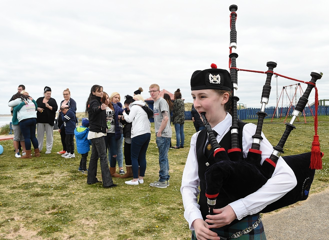 Piper Shannon Thomson plays Happy Birthday for the family and friends of missing man Shaun Ritchie