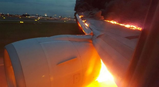 Image of the wing on fire - A Singapore Airlines plane