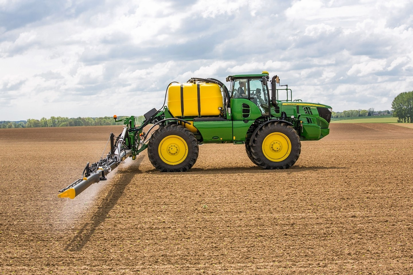 The John Deere R4050i with carbon fibre spray boom.