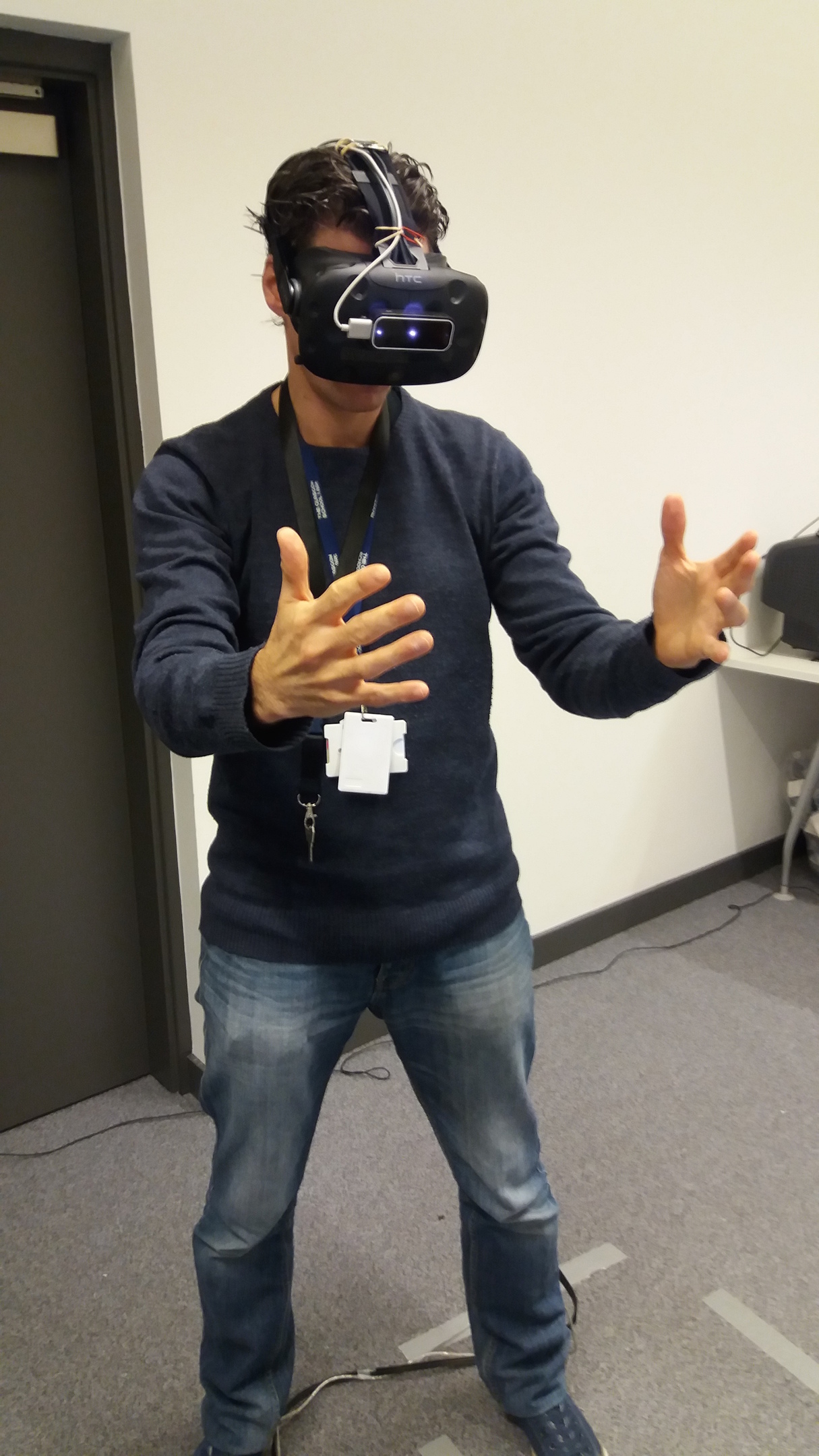 Matthieu Poyarde  tests out the VR headset