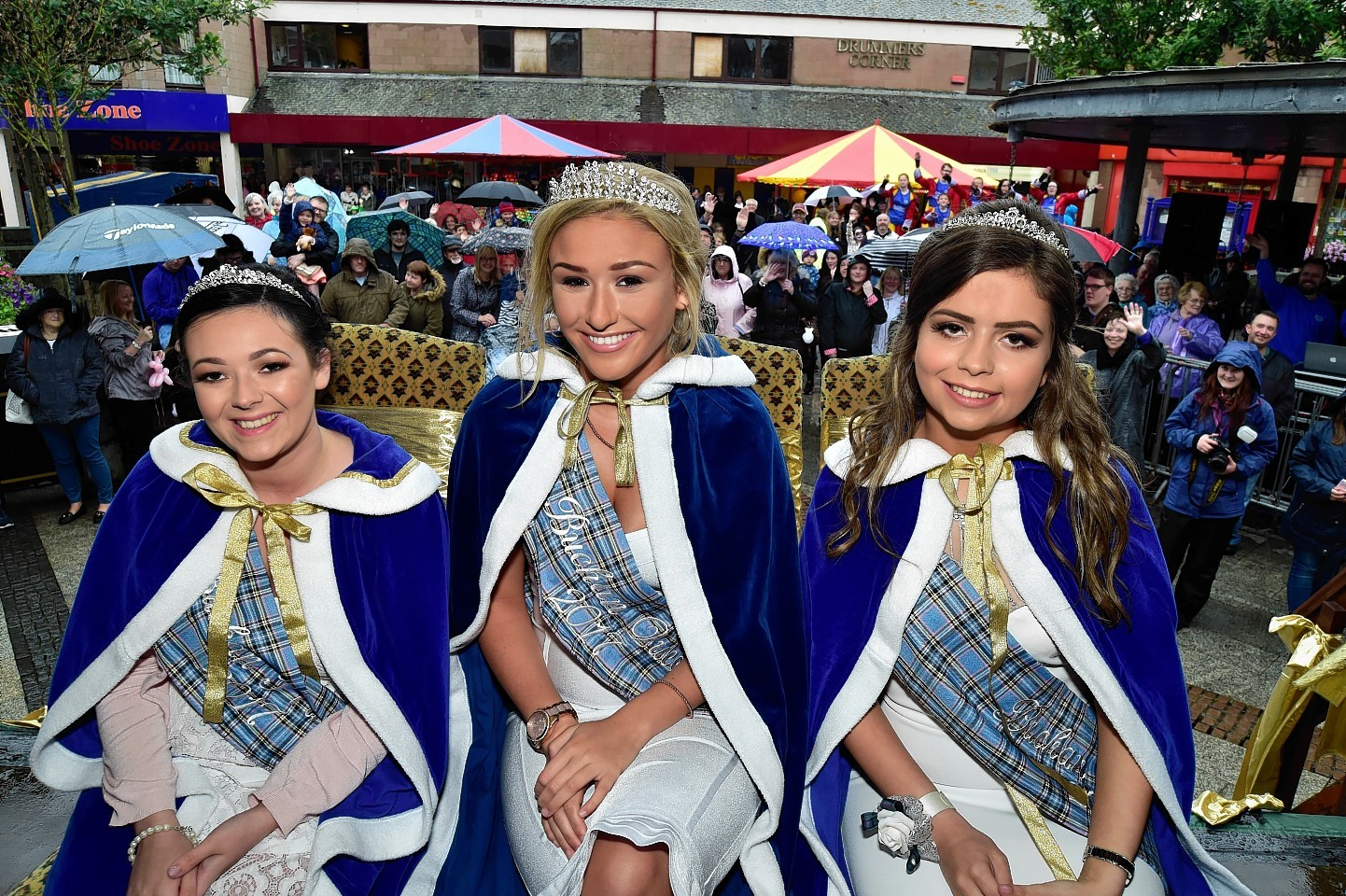 PETERHEAD SCOTTISH WEEK BUCHAN QUEEN BONNIE-LEIGH WILSON (CENTRE) WITH PRINCESSES KARLA INNES (L) AND PATRICIA STRACHAN AT THE CROWING CEREMONY IN DRUMMERS CORNER