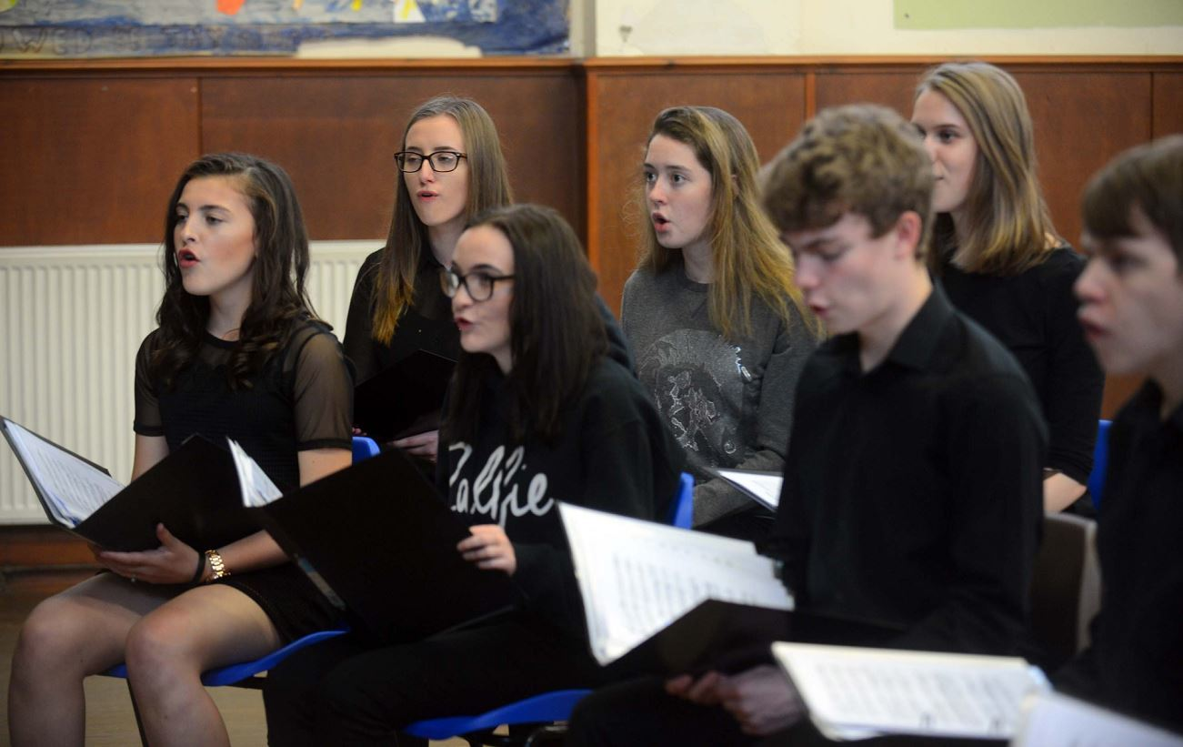 The Bel Canto youth singers are eager to support their tutor Ann Munro by backing Alzheimer Scotland.