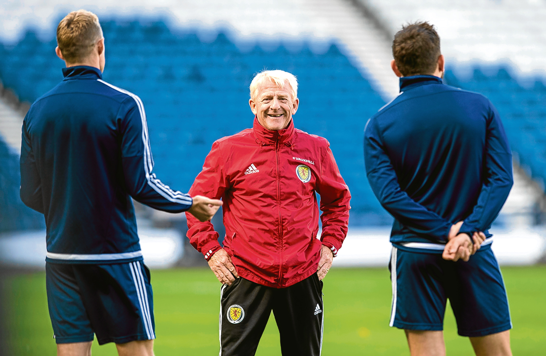 Scotland manager Gordon Strachan addresses his players