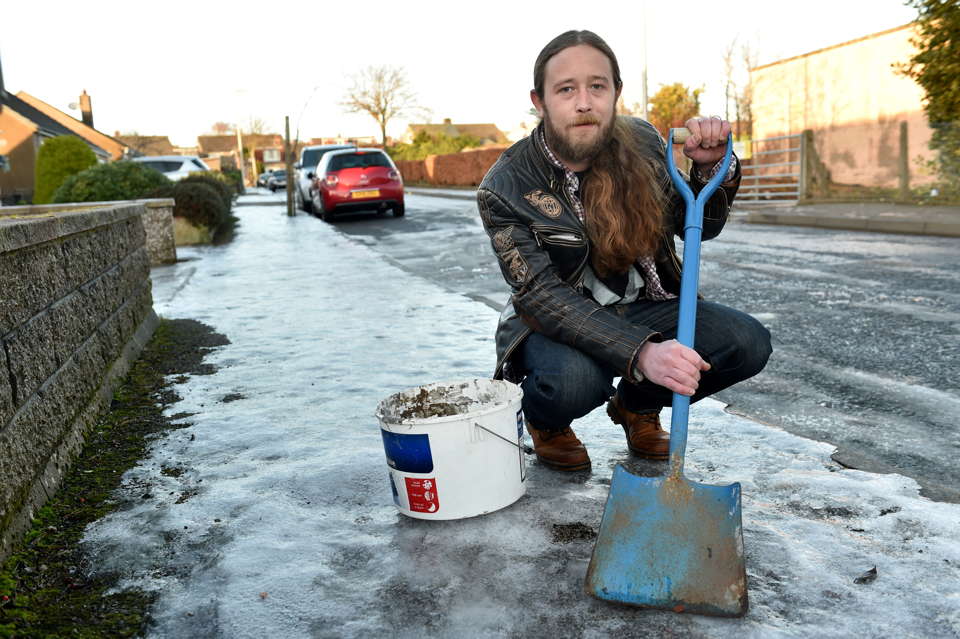 Tiler Colin Gibson has been out gritting pavements outside old people's homes.  Picture by Kenny Elrick.