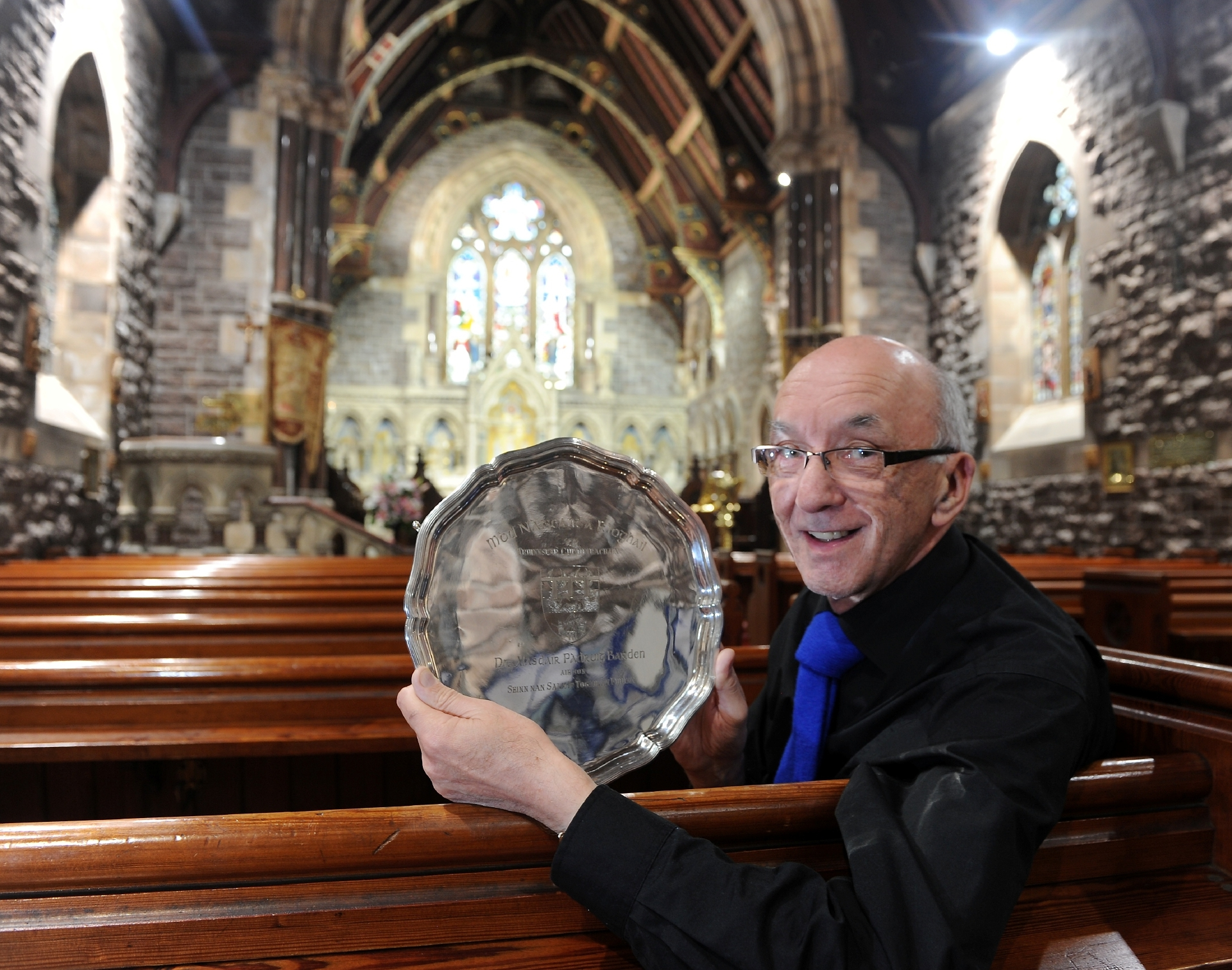 Former Presidet John MacLeod of Edinbuirgh and Lewis with the Doctor Alasdair Patrick Bardon Memorial Salver for Precenting a Psalm in St Andrew Church, Fort William.
