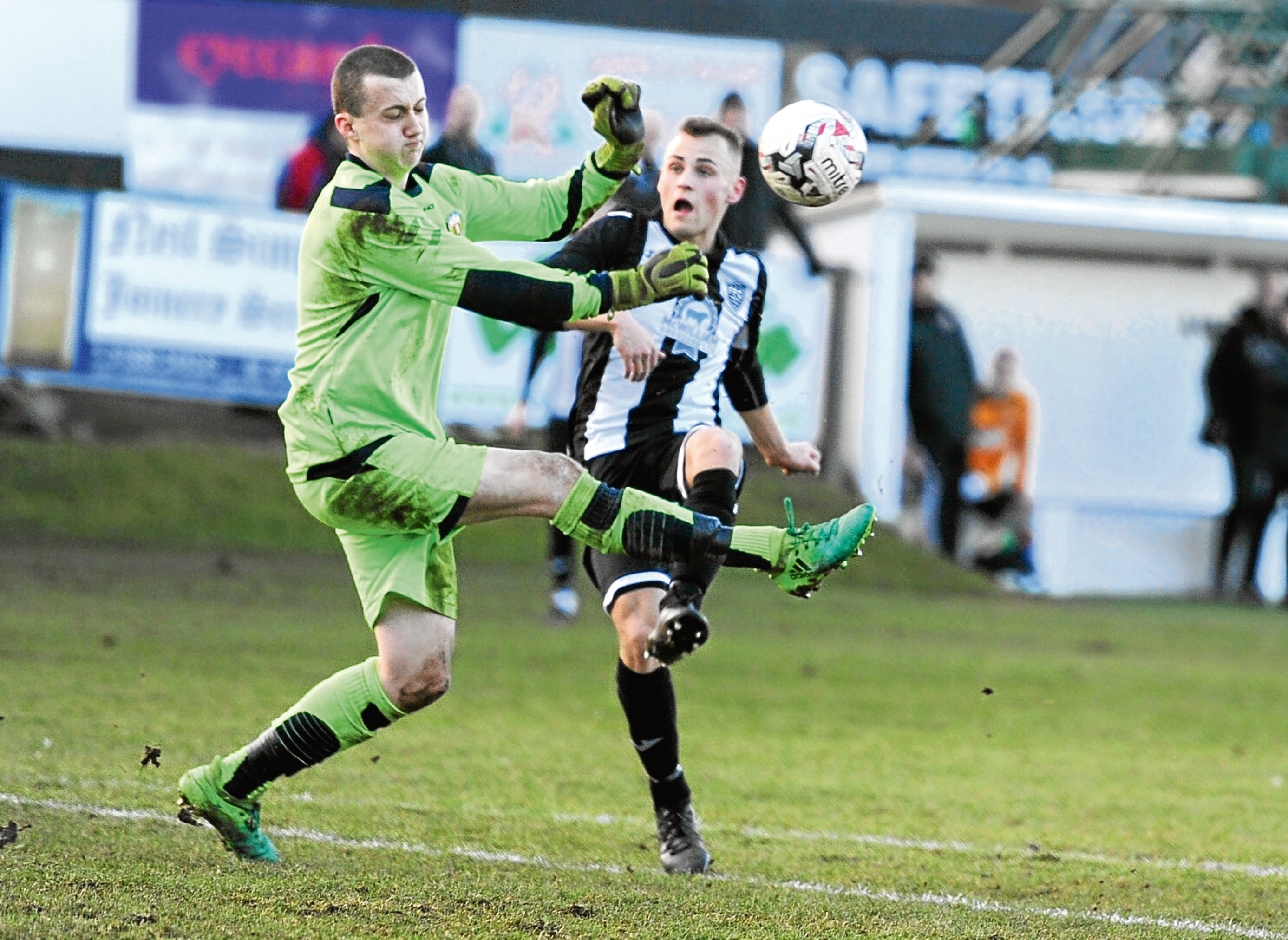 Highland League - Fraserburgh v. Fort William. Fraserburgh Greg Buchan and Fort William keeper Martin MacKinnon. Picture by COLIN RENNIE   February 10, 2018.