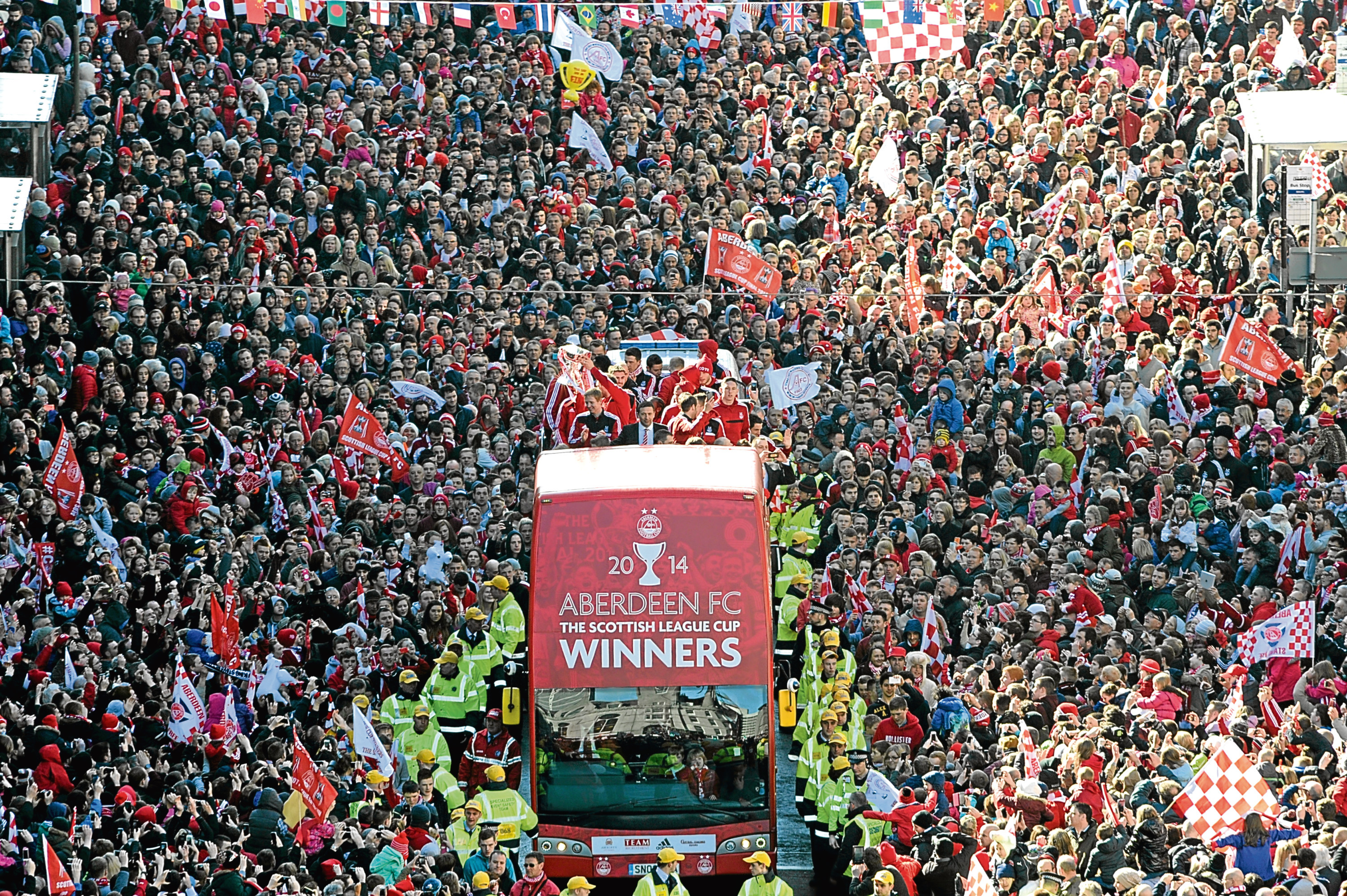 Aberdeen FC parade the Scottish League Cup trophy through the city centre. Picture from the Citadel tower.    Picture by KENNY ELRICK       23/03/2014   .