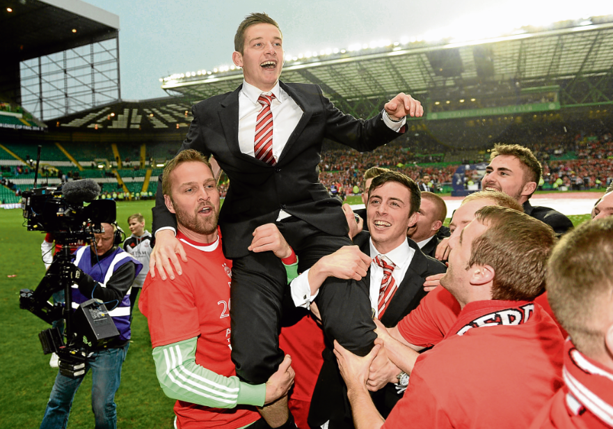 Peter Pawlett with his Dons team-mates after their League Cup final penalty shootout win against Caley Thistle in 2014