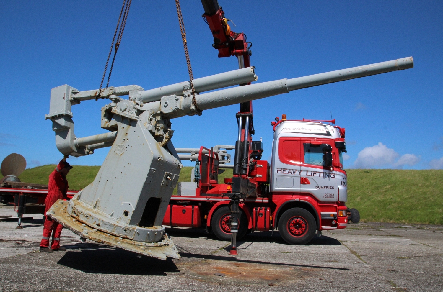 One of the anti-aircraft guns embarking on its journey from Orkney to Dumfries. Photo by Barry Jones