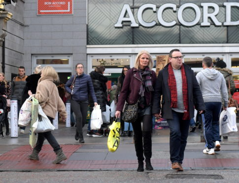 Christmas shoppers on Schoolhill/Bon Accord Centre. 23/12/18 Picture by KATH FLANNERY