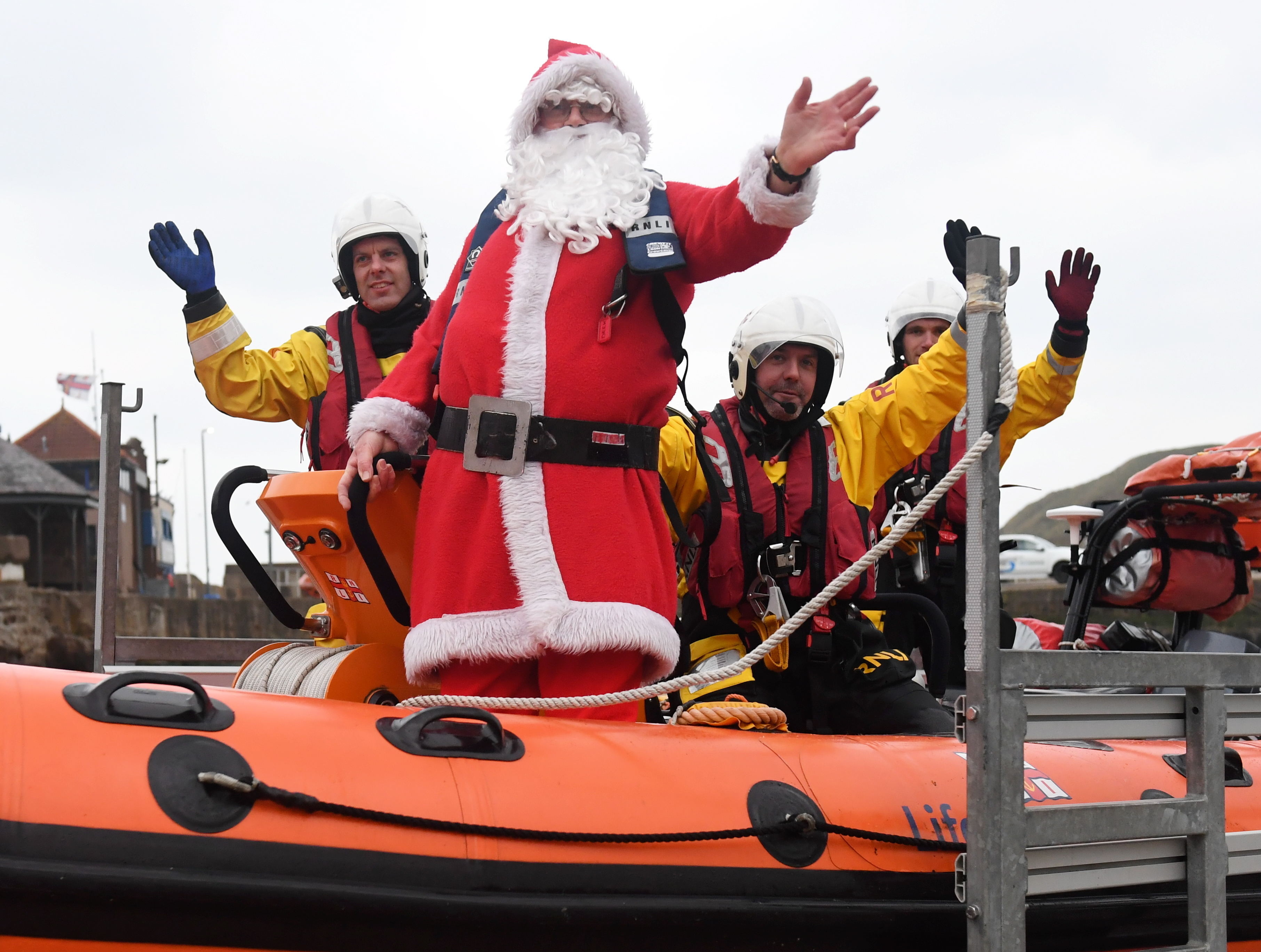 Father Christmas arrived at Stonehaven with help from the RNLI.
