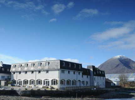 Dunollie Hotel: Overlooking the old harbour wall, Dunollie offers a combination of Skye charm with modern comforts