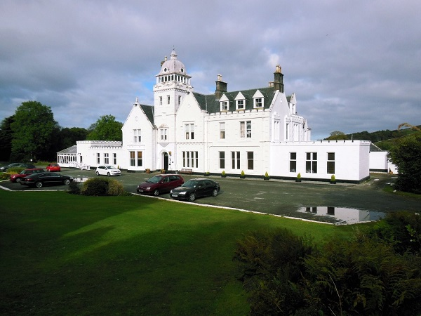 Skeabost Country House Hotel: The hotel has it's own shore line golf course and fast flowing river close by