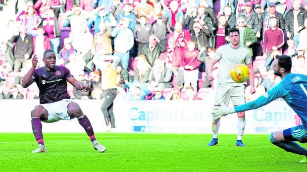 Hearts' Uche Ikpeazu scores past Aberdeen's Joe Lewis to make it 2-1.