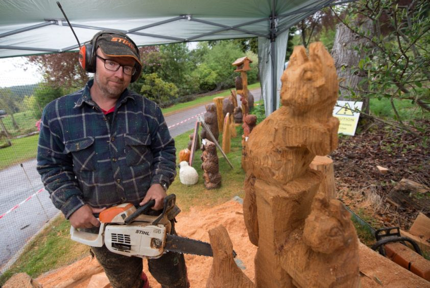 Iain Chalmers chainsaw carver