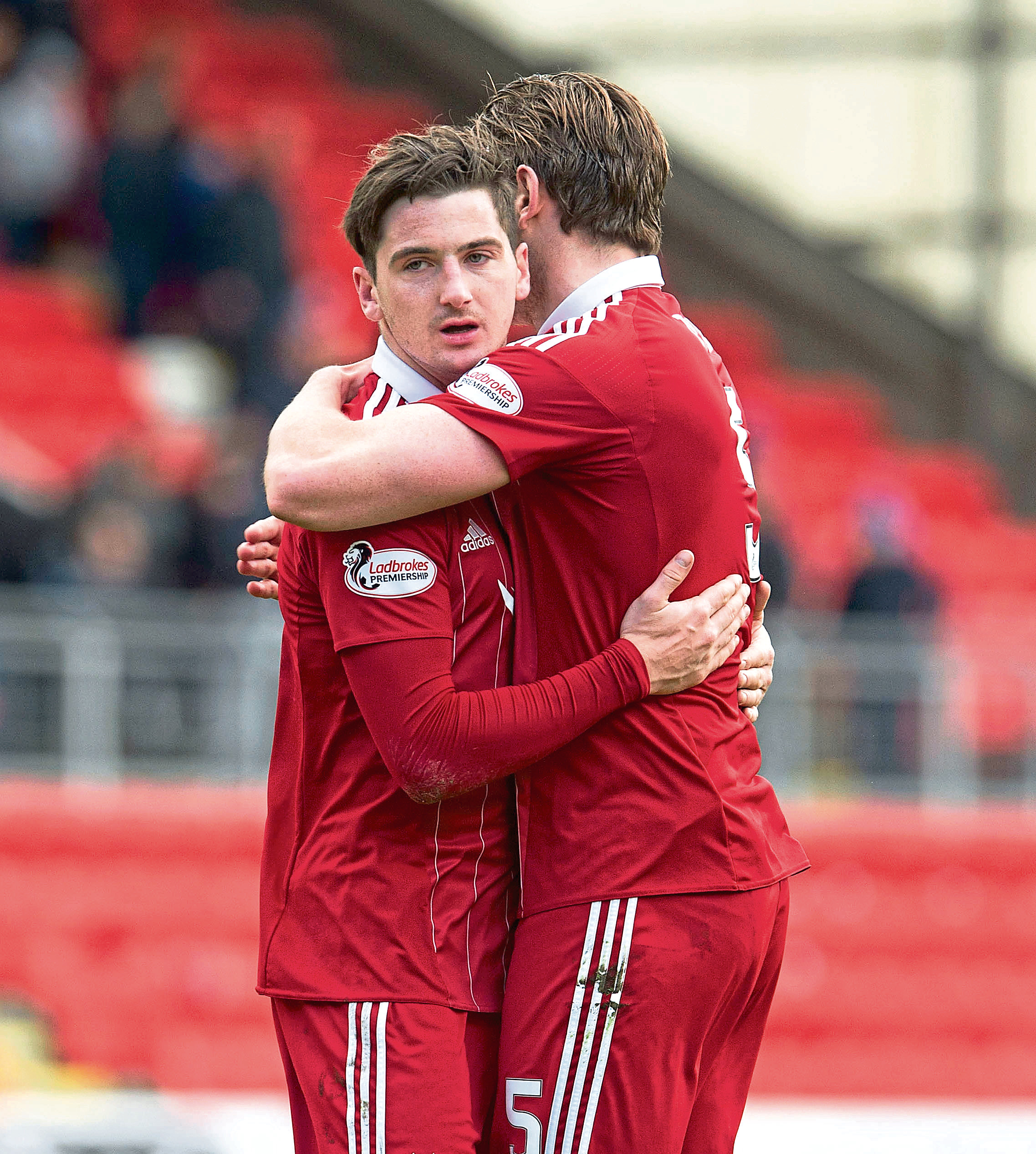 15/04/17 LADBROKES PREMIERSHIP ST JOHNSTONE V ABERDEEN (1-2)  McDIARMID PARK - PERTH  Aberdeen's Kenny McLean (L) celebrates with Ash Taylor at full-time.