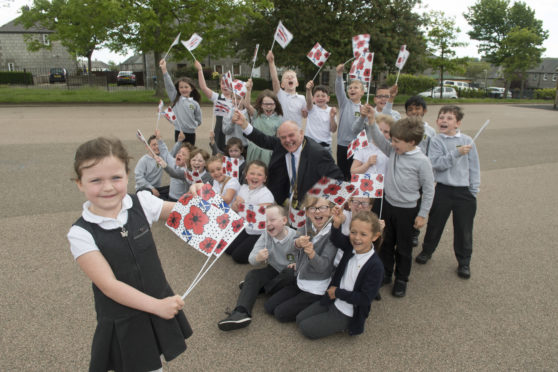 Kitty Fraser with her Kirkhill Primary classmates and Lord Provost Barney Crockett.