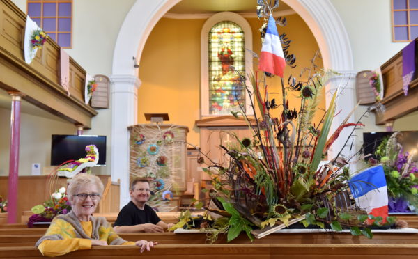 Jean Couper and Rev Markus Auffermann and the Woodside Parish Church flower show.