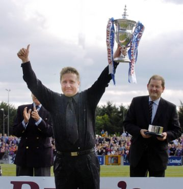 John Robertson proudly showing off the First Division trophy in May 2004. Picture by Sandy McCook