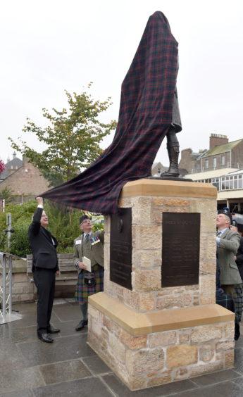 Depute Provost Graham Ross unveils the proud 'Jock'. Picture by Sandy McCook