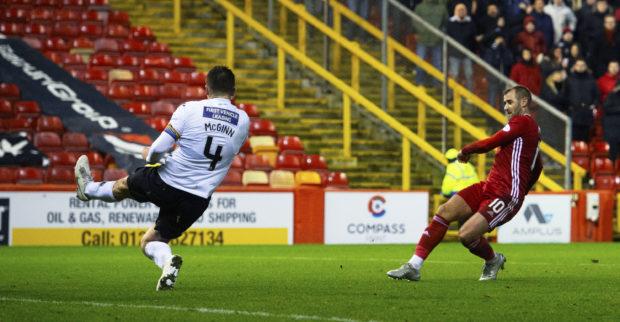 Aberdeen's Niall McGinn scores to make it 2-1 against St Mirren.