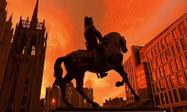 Pictured is the sunrise on Broad Street, Aberdeen outside Marischal College and the Robert The Bruce Statue. Picture by DARRELL BENNS     Pictured on 24/10/2018