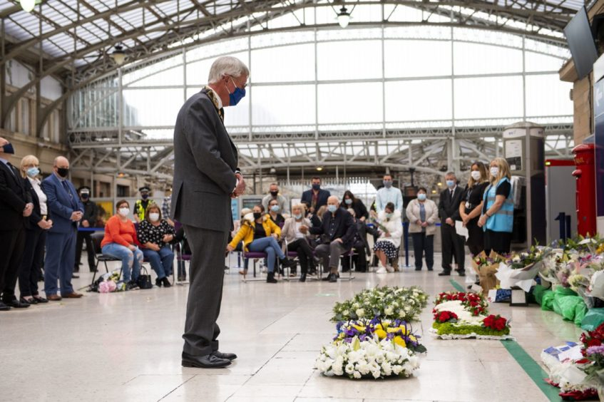 The Lord Provost of Aberdeenshire Bill Howatson lays a wreath at Aberdeen Train Station