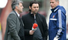 Alan Combe (right) speaks to then-Dundee manager Paul Hartley (centre) and Darren Jackson ahead of an Edinburgh derby in 2014