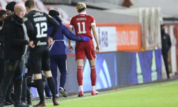 Aberdeen midfieder Ryan Hedges is helped off against Livingston.
