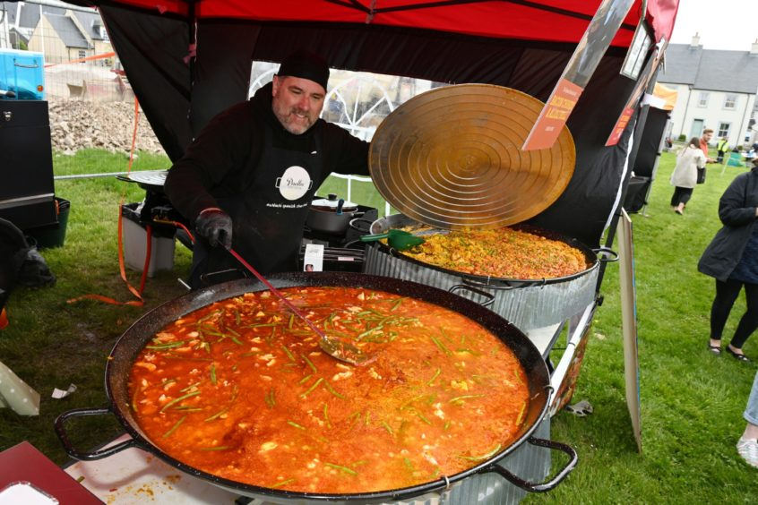 CR0028341 Food and Drink - Chapelton farmers' market at Burgess Park, Chapelton, Aberdeenshire. Picture of Paella Escocia stall.  Picture by Kenny Elrick     23//2021