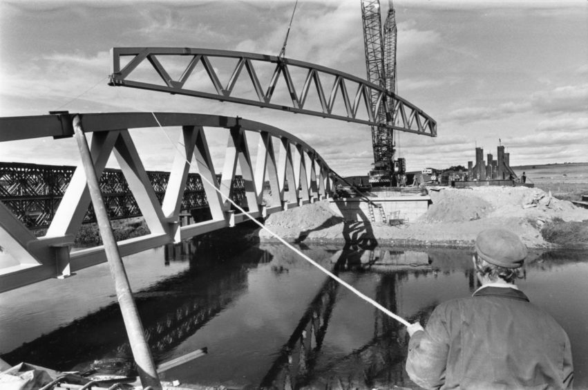 The second 60 tonne steel truss is lifted into position as the new £660,000 bridge over the River Don at Kintore takes shape in 1986.
