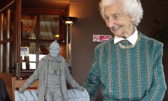 Rhona Weir with the small scale version of the Tom Weir statue
