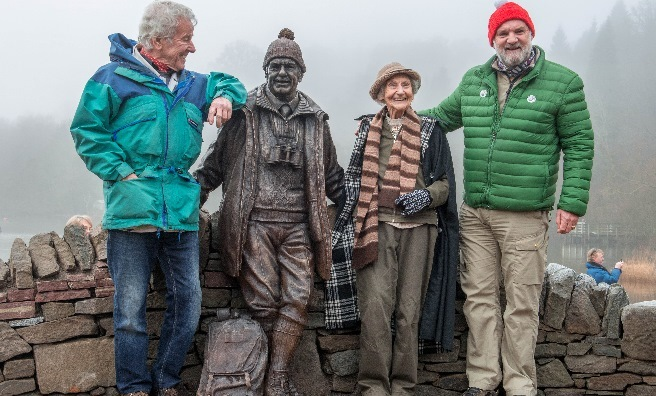 Jimmie MacGregor, Rhona Weir and Cameron McNeish with the bronze statue of Tom Weir. Photo by Paul Saunders Photography